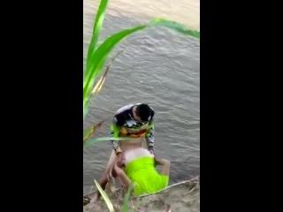 Sexo flagra de casal fazendo sexo na beira do rio ao ar livre