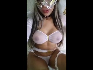 Vídeo de mulher pelada muito tesuda mostrando os seios gostosos
